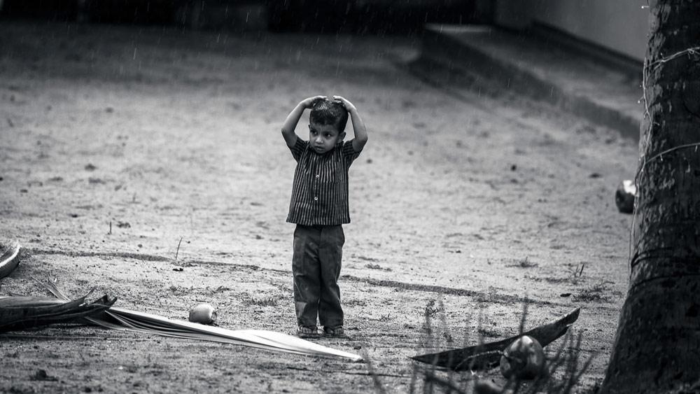 雨 モノクロ 男の子